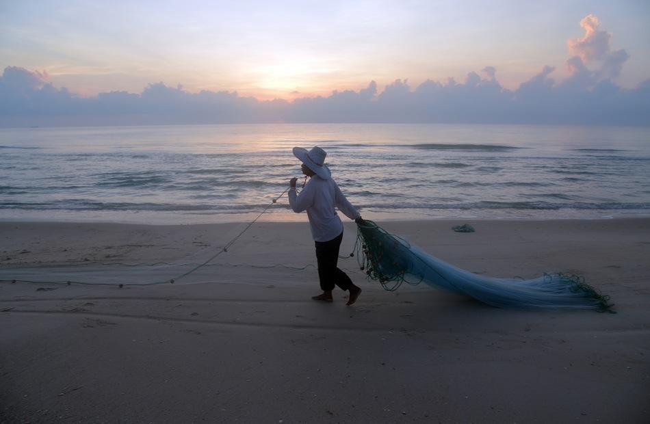Pescadora de Nadam beach con sus redes al amanecer