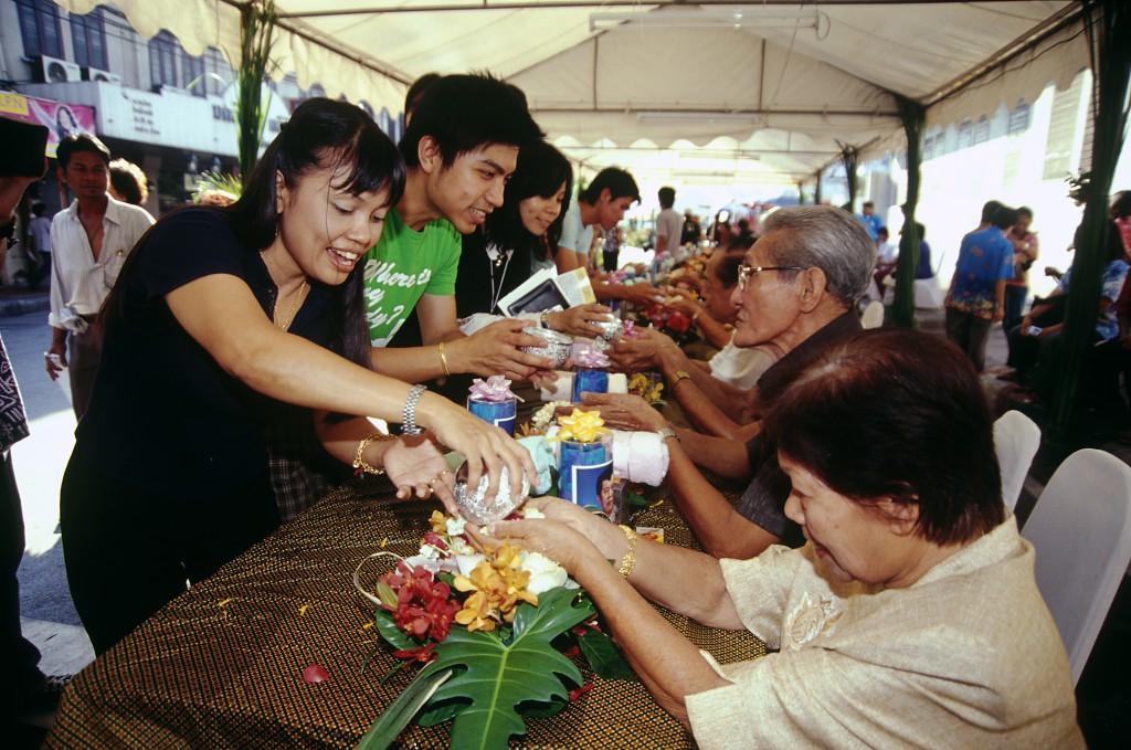 El Blog de Tailandia - Ofrendas a ancianos