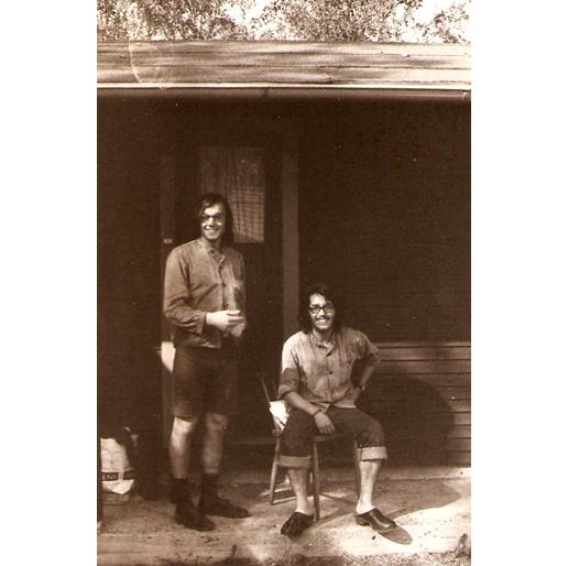 Javier con un amigo en la cabaña de Suecia