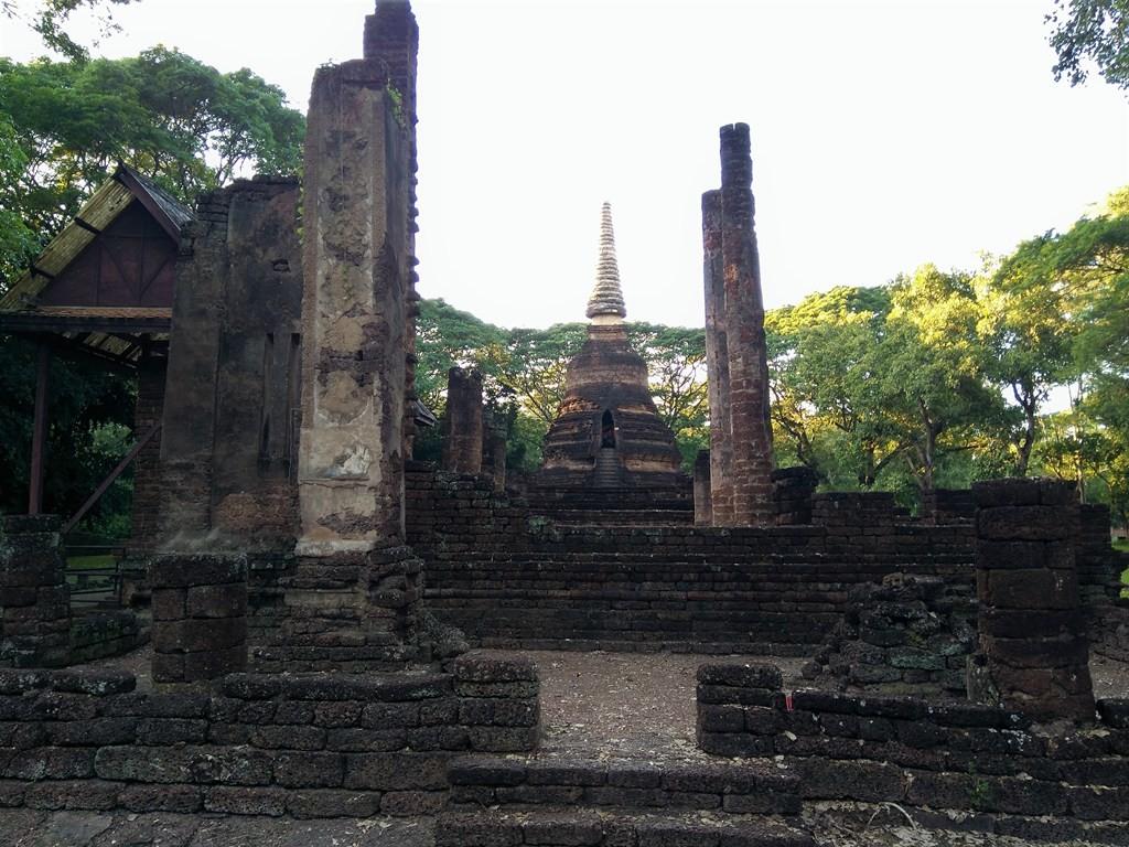 Estupa del Wat Chedi Chet Thaeo en Si Satchanalai -paraíso-