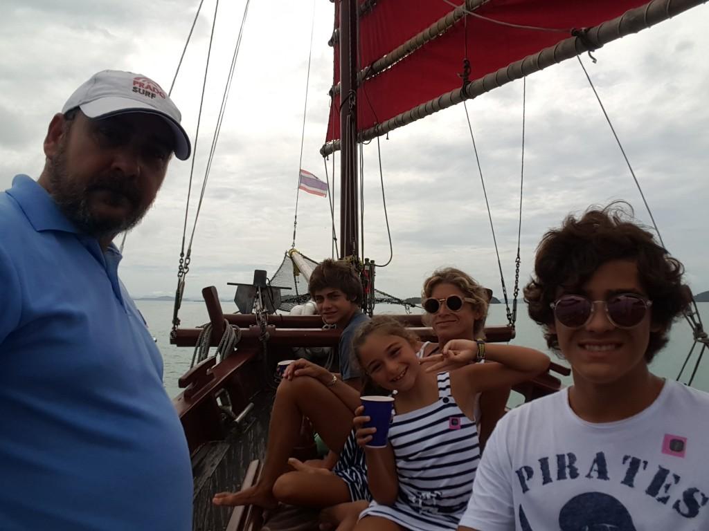 Navegando en el junco por la Bahía de Phang Nga