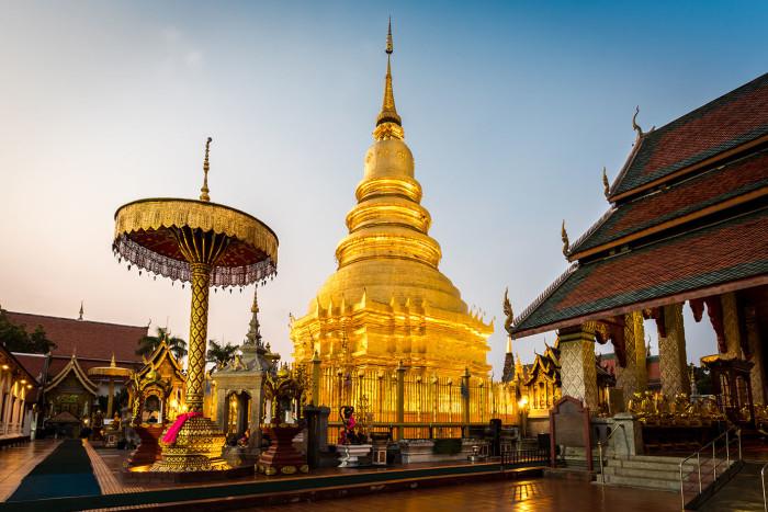 Turismo de Tailandia_ Phra That Hariphunchai Woramahawihan Temple, Lamphun