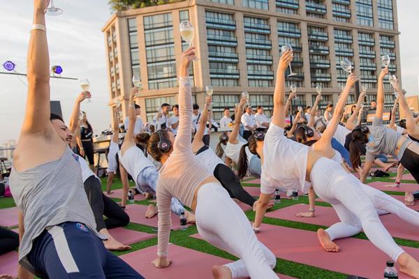 Yoga con vino en las azoteas de Bangkok