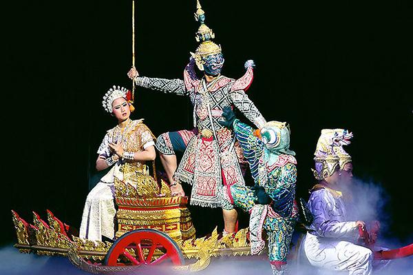 La actuación de Khon, inscrita por la UNESCO, se añade a la entrada del Gran Palacio
