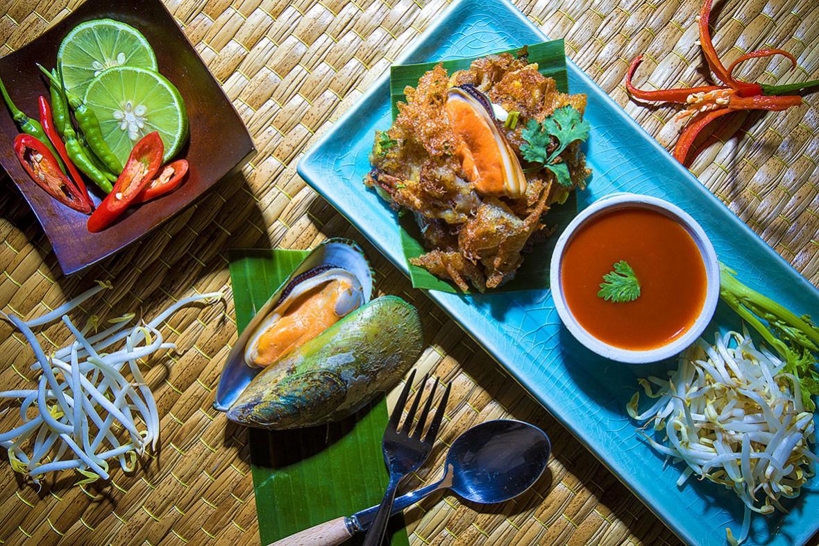Hoi Thot (Crispy fried mussel pancakes)
